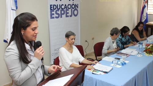 foto Luisa Liranzo expone durante una actividad