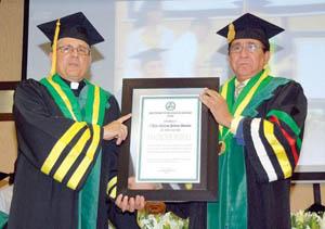 foto Príamo Rodríguez Castillo entrega título a sacerdote